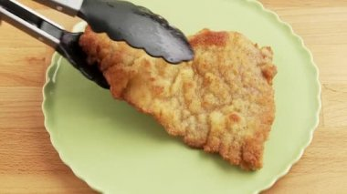 Escalope being garnished with a slice of lemon — Stock Video