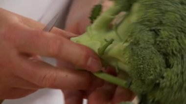 Broccoli florets being cut off — Stock Video