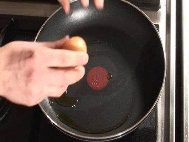 Egg in a frying pan — Stock Video