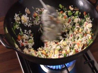 Gemüse Reis kochen — Stockvideo