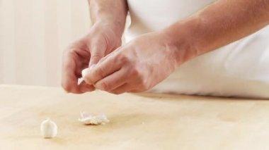 Chef peeling garlic — Stock Video