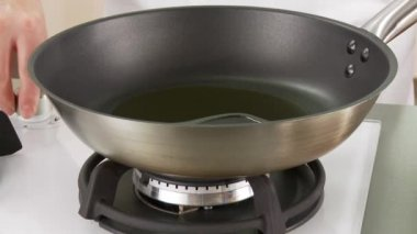 Olive oil being heated to a pan — Stock Video