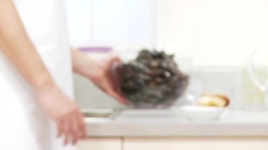 Mussels in a bowl on table — Stock Video