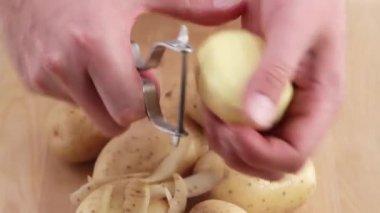 Person peeling a potato — Stock Video