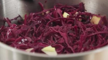 Red cabbage with apples — Stock Video