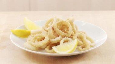 Calamari und Zitrone Keile — Stockvideo
