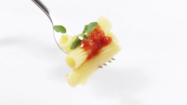 Rigatoni with tomato sauce on fork — Stock Video