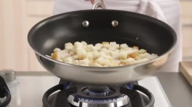 Croutons being roasted — Stock Video