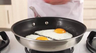 Eggs being seasoned with pepper — Stock Video