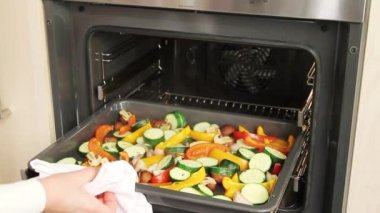 Vegetables roasted in the oven — Stock Video