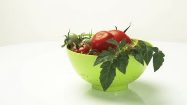 Ripe and unripe tomatoes with stem — Stock Video