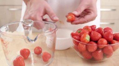Limpieza de fresas de chef — Vídeo de Stock