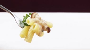 Rigatoni with mushroom — Stock Video