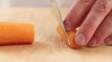 Una zanahoria está picada por el chef — Vídeo de Stock