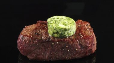 Fried beef sirloin with herb butter — Stock Video