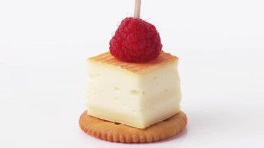 Rind cheese & raspberry — Stock Video
