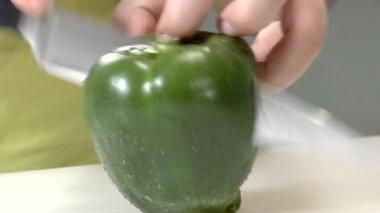 Halvera grön paprika — Stockvideo