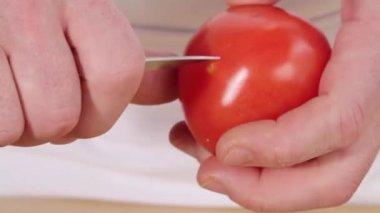 Scoring a cross in a tomato — Stock Video