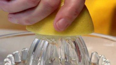 Exprimir un limón — Vídeo de Stock