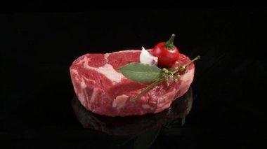 Rib eye steak with vegetables — Stock Video