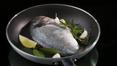 Sea bream in a frying pan — Stock Video