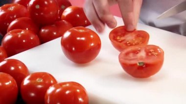 Cutting two tomatoes into quarters — Stock Video