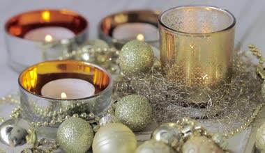 Tea lights and Christmas decorations — Stock Video