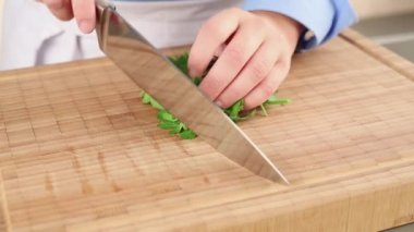 Chopping parsley on cutting board — Stock Video
