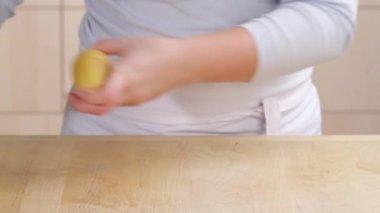 Cocinero pelando una patata — Vídeo de Stock