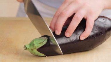An aubergine being cut lengthways — Stock video