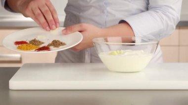 Специи, добавляемый йогурт — Стоковое видео