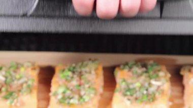 Лосось кусочки приготовленные на гриле — Стоковое видео