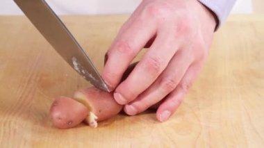 Отварной картофель нарезанный — Стоковое видео