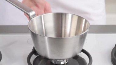 Масло, добавляются к кастрюле — Стоковое видео