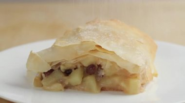 Dusting strudel with icing sugar — Stock Video