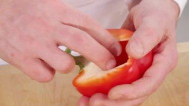 Deseeding halved pepper — Stock Video