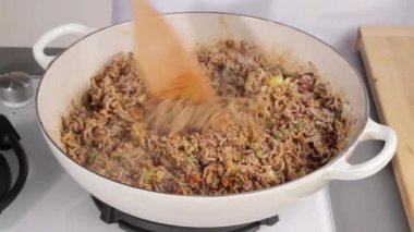 Adding stock to minced meat — Stock Video