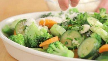 Scattering grated parmesan over vegetables — Stock Video