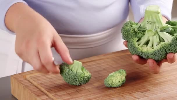 Dividing broccoli into florets — Vidéo