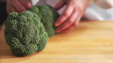 Broccoli being broken into florets — Stock Video
