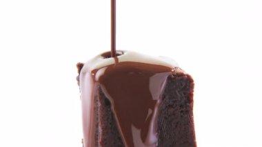 Dekorera en brownie med chokladsås — Stockvideo