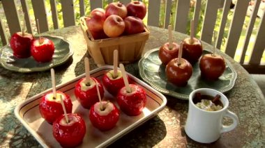 Toffee apples standing on a table — Stock Video