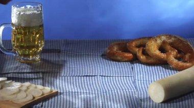 Beer & pretzels on wooden board — Stock Video