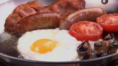 English breakfast in frying pan — Stock Video