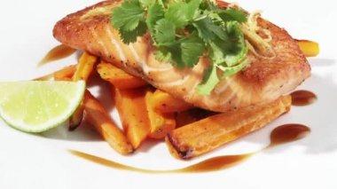Fried salmon fillet — Stock Video