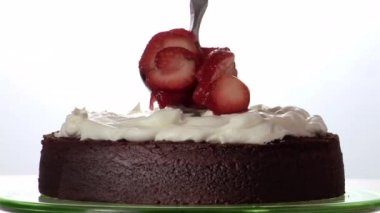 Sahne und Erdbeeren Scheiben — Stockvideo