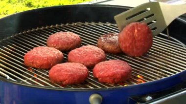 Turning burgers on a barbecue — Stock Video