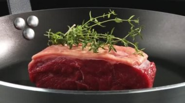 Beef sirloin in a frying pan — Stock Video
