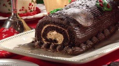 Slicing a Buche de Noel (Yule log) — Stock Video