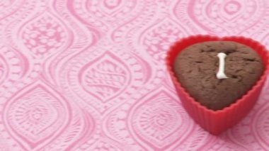Heart-shaped chocolate muffins with sugar writing — Stock Video